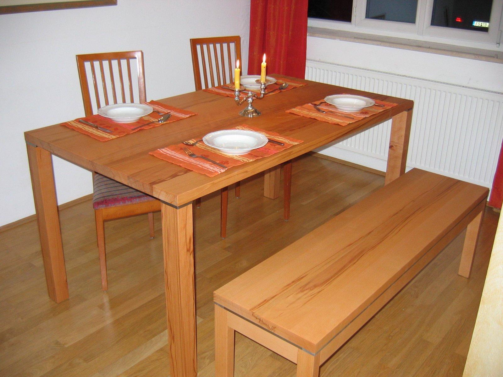... Schlichte, Modernes Esszimmer Mit Sitzbank, Tisch Und Passenden Stühlen  Aus Massiv Lackierter ...